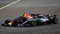 Max Verstappen a Lewis Hamilton při osudném manévru