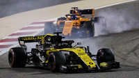 Nico Hülkenberg a Fernando Alonso v závodě v Bahrajnu