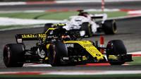 Carlos Sainz v závodě v Bahrajnu