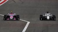 Marcus Ericsson a Esteban Ocon v závodě v Bahrajnu
