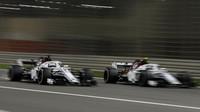 Marcus Ericsson a Charles Leclerc v závodě v Bahrajnu