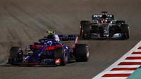 Pierre Gasly a Lewis Hamilton v závodě v Bahrajnu
