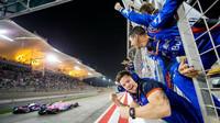 Mechanici Pierra Gaslyho se raduje s fenomenálního 4. místa v závodě v Bahrajnu