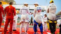 Pierre Gasly a Lewis Hamilton před závodem v Bahrajnu