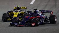 Brendon Hartley a Carlos Sainz v závodě v Bahrajnu