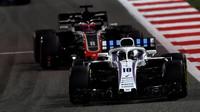 Lance Stroll a Romain Grosjean v závodě v Bahrajnu