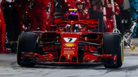 Kimi Räikkönen po zastávce v boxech v Bahrajnu
