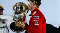 Sebastian Vettel si užívá vítězství v závodě v Bahrajnu