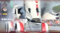 Motor obrovského tahače nevydržel zátěž, tak proletěl kapotou
