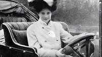 Dorothy Levitt byla jednou z prvních automobilových závodnic, která se navíc snažila učinit motorismus dostupným i pro ženy