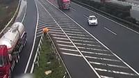 Těžko pochopitelné jednání řidiče bílého sednu vedlo k dopravní nehodě a zablokování dálnice