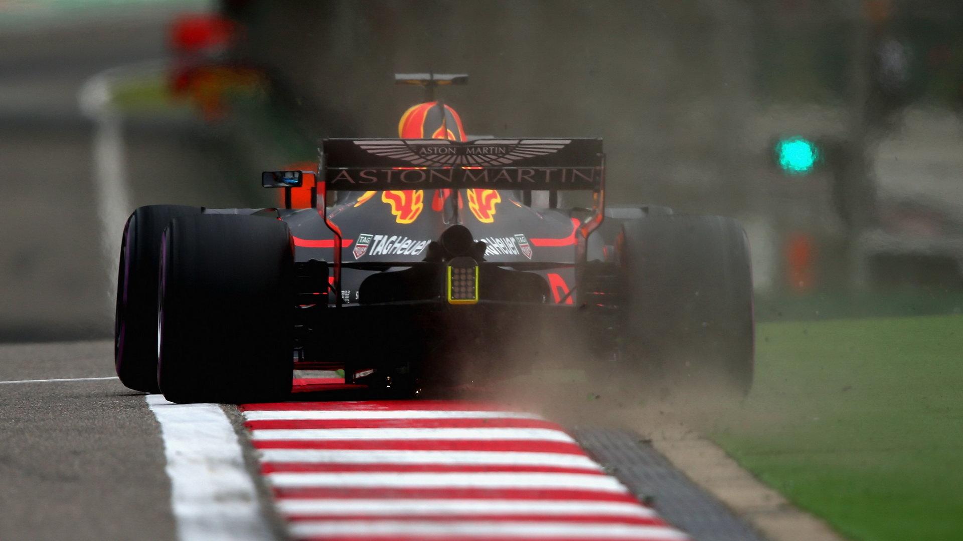 Daniel Ricciardo dokonale využil chyby svého kolegy a vyhrál