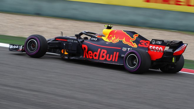 Verstappen byl sice ve dvou ze tří sektorů rychlejší než Ricciardo, patří mu ale až druhé nejrychlejší kolo