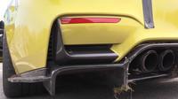 Řidič BMW M4 nezvládl řízení, provizorní opravu však vyřešil originálně