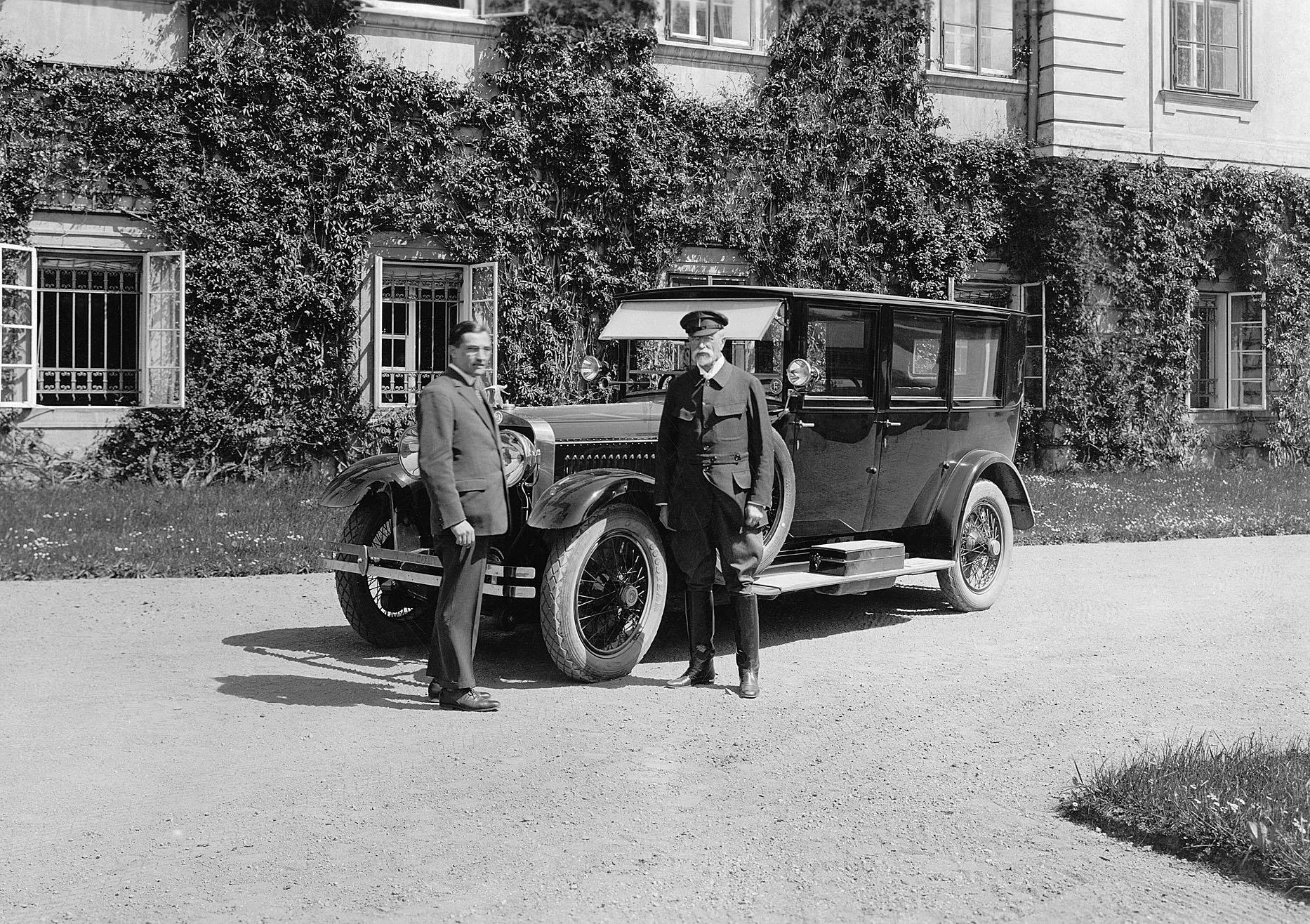 Škoda Hispano-Suiza podle dobrozdání zadavatele licence kvalitou předčila francouzsko-španělský originál. Na snímku první vyrobený vůz, převzatý prezidentem T. G. Masarykem.