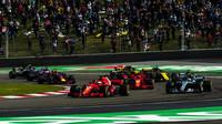 Sebastian Vettel, Kimi Räikkönen a Valtteri Bottas po startu závodu v Číně