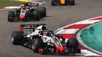 Romain Grosjean a Kevin Magnussen v závodě v Číně