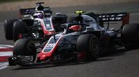 Kevin Magnussen a Romain Grosjean v závodě v Číně