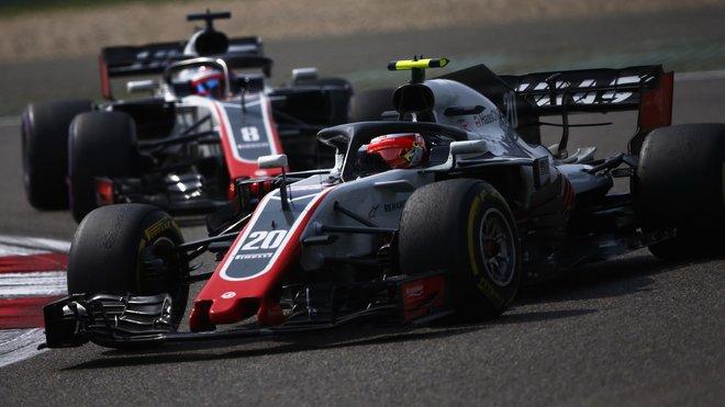Romain Grosjean byl naštvaný, když musel Kevina Magnussena pustit v Číně před sebe