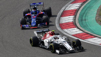 Charles Leclerc a Brendon Hartley v závodě v Číně