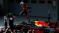 Daniel Ricciardo se raduje z vítězství v závodě v Číně