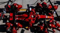 Sebastian Vettel u mechaniků Ferrari
