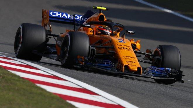 Stoffel Vandoorne s McLarenem MCL33 v závodě v Číně