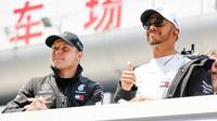 Valtteri Bottas a Lewis Hamilton před závodem v Číně
