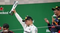 Valtteri Bottas se svou trofejí na pódiu po závodě v Číně