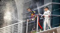 Valtteri Bottas a Daniel Ricciardo na pódiu po závodě v Číně