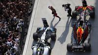 Daniel Ricciardo a Valtteri Bottas po dojezdu po závodě v Číně