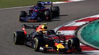 Max Verstappen a Brendon Hartley v závodě v Číně