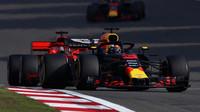 Daniel Ricciardo a Sebastian Vettel v závodě v Číně