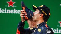 Daniel Ricciardo a jeho čínské pití z boty - tzv. shoey
