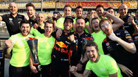 Daniel Ricciardo se velmi těšil se svými mechaniky z vítězství v závodě v Číně
