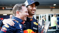 Daniel Ricciardo se raduje s Christianem Hornerem z vítězství po závodě v Číně