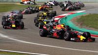 Max Verstappen a Daniel Ricciardo při startu v závodě v Číně
