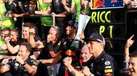 Daniel Ricciardo se raduje s týmem z prvního místa po závodě v Číně