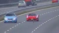 Snímek z radaru zachycuje závod BMW M3 a Ferrari 458 na dálnici M6