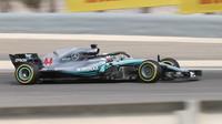 Lewis Hamilton ovládl odpoledne, Red Bully jsou ale Mercedesu těsně v patách