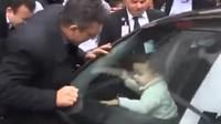 Batole zamčené v autě se dokázalo vysvobodit téměř samo