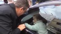 Dítě zamčené v autě? Tohle batole se osvobodilo téměř samo - anotační foto