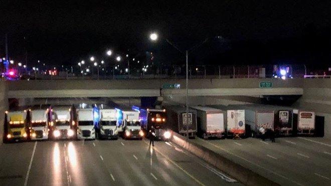 Policisté přehradili kamiony dálnici, aby zachránili život sebevraha
