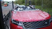 Range Rover Velar přišel při srážce s mostem o střechu