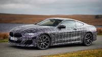 Nové BMW řady 8 během testování ve Walesu