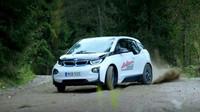 Že jsou elektromobily nudné? Podívejte se, jak legendární závodník naučil BMW i3 driftovat - anotační foto
