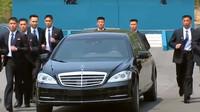 Kim Čong-Un a jeho speciální kolona. Limuzínu s diktátorem obklopují běžící bodyguardi