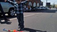 Malý chlapec se rozhodl podpořit protesty svou vlastní barikádou z hraček