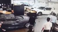 Nespokojený zákazník se proboural do showroomu Porsche