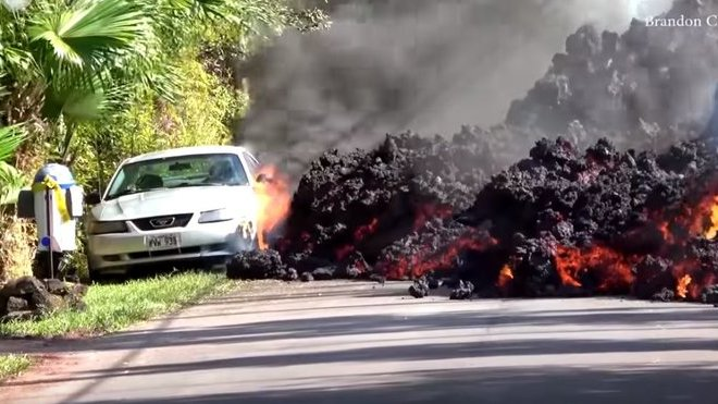 Láva z havajského vulkánu pomalu požírá odstavený Mustang